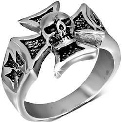 Skull og maltese ring.